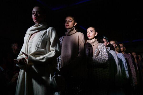 Модели демонстрируют одежду из новой коллекции марки By Che телеведущей Анфисы Чеховой и Кати Быковой в отеле Villa Elena в Ялте