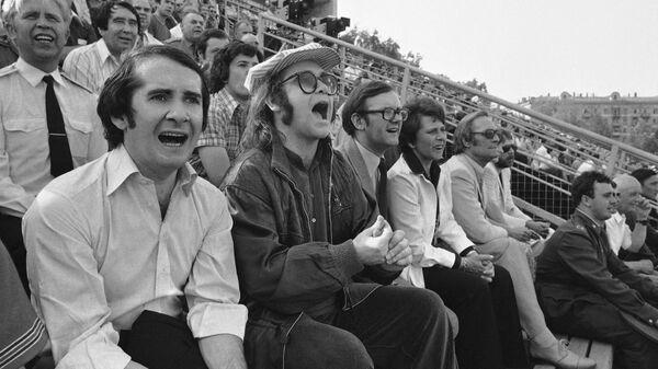Английский рок-певец, композитор, пианист Элтон Джон на футбольном матче в Москве. 1979 год