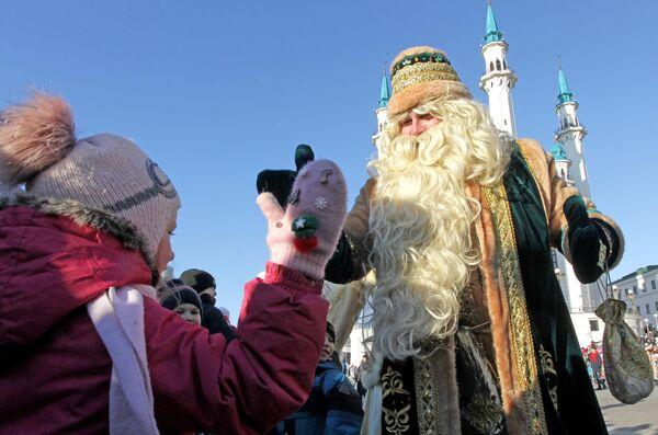 Кыш Бабай общается с детьми на параде возле мечети Кул-Шариф во время празднования 10-летия резиденции татарского волшебника Кыш Бабая и его дочки Кар Кызы в Казани
