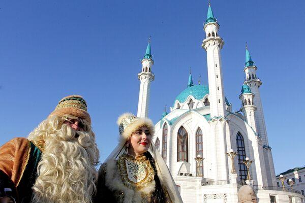 Кыш Бабай и Кар Кызы на параде возле мечети Кул-Шариф во время празднования 10-летия резиденции татарского волшебника Кыш Бабая и его дочки Кар Кызы в Казани