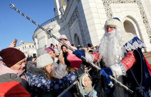Уральский Дед Мороз на параде возле мечети Кул-Шариф во время празднования 10-летия резиденции татарского волшебника Кыш Бабая и его дочки Кар Кызы в Казани