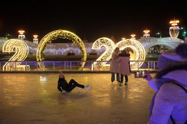 Посетители на открытии катка на ВДНХ в Москве