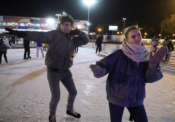 Отдыхающие на открытии катка Восход в Центральном парке культуры и отдыха имени Горького в Москве