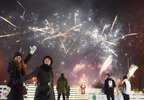 Салют на открытии катка Восход в Центральном парке культуры и отдыха имени Горького в Москве