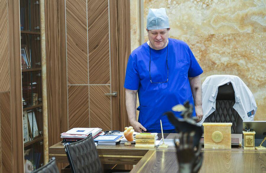 Директор Национального медицинского исследовательского центра хирургии имени А.В. Вишневского Амиран Ревишвили в рабочем кабинете