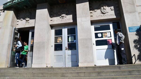 Вход в школу имени Джорджа Вашингтона в Сан-Франциско
