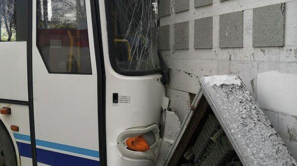 Вахтовый автобус марки КАвЗ, обслуживающий одну из организации Уфы, съехал с дороги и допустил наезд на здание. 26 ноября 2019
