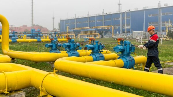 Сотрудник компании Нафтогаз Украины на одном из предприятий