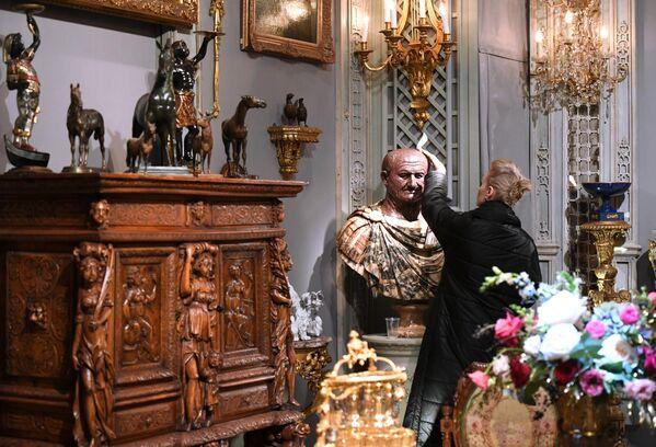 Экспонаты 45-го Российского антикварного салона в Архитектурном клубе арт-квартала Гостиный Двор в Москве