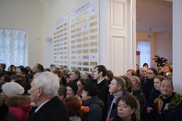 Люди на церемонии прощания с президентом СПбГУ, почетным президентом Российской академии образования Людмилой Вербицкой, умершей 24 ноября 2019 года в Санкт-Петербурге на 84-м году жизни