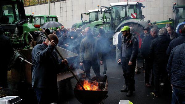 Фермеры во время акции протеста на кольцевой дороге в Париже