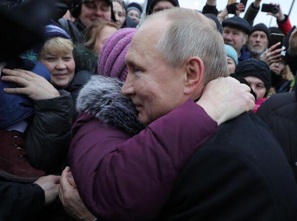 Президент РФ Владимир Путин во время общения с местными жителями после церемонии открытия памятника писателю и общественному деятелю Даниилу Гранину