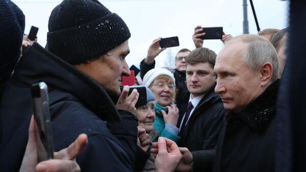 Президент РФ Владимир Путин во время общения с местными жителями после церемонии открытия памятника Даниилу Гранину
