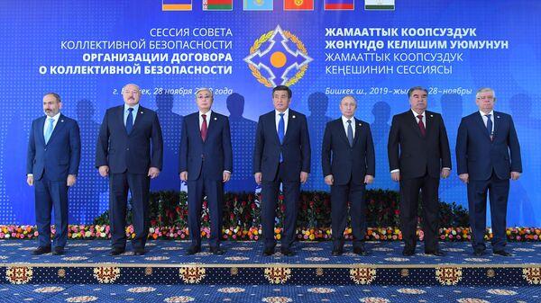 Президент РФ Владимир Путин на церемонии совместного фотографирования глав государств-членов ОДКБ в Бишкеке