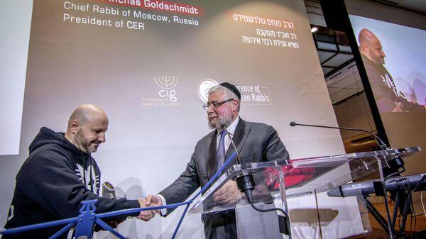Глава Совета раввинов Европы Пинхас Гольдшмидт награждает ливанского бизнесмена Абдуллу Шатилью