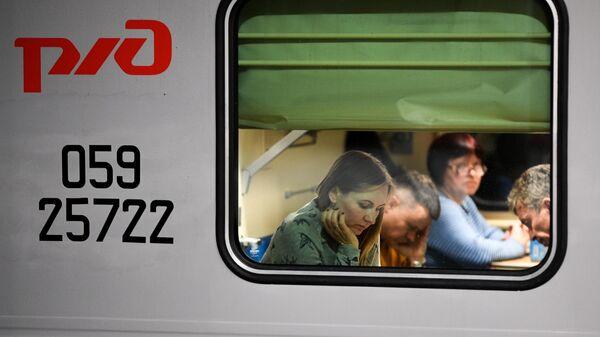 Пассажиры в одном из вагонов обновленного поезда РЖД