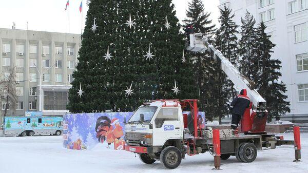 Установка елки на главной площади Кузбасса