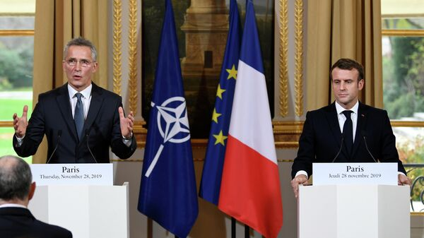 Президент Франции Эммануэль Макрон и генсек НАТО Йенс Столтенберг во время пресс-конференции в Париже. 28 ноября 2019