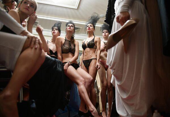 Модели перед показом одежды в гримерной на Крымской неделе моды в отеле Villa Elena в Ялте