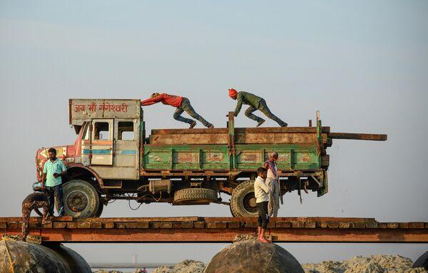Строительство моста через реку Ганг для предстоящего индуистского фестиваля Магхела в Аллахабаде