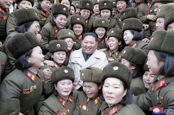 Лидер КНДР Ким Чен Ын и женщины из подразделения Корейской Народной Армии