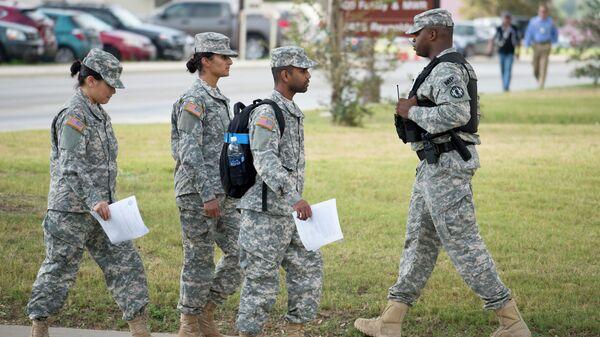 Солдаты проходят мимо офицера военной полиции в Сан Антонио, США