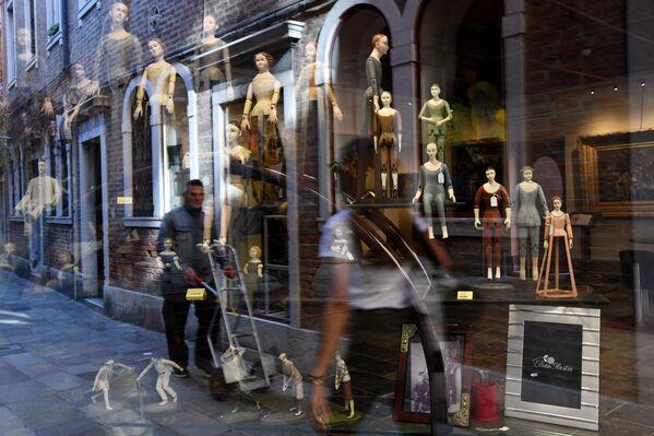 Отражение в витрине магазина на одной из улиц в Венеции