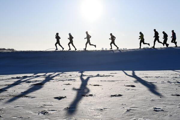 Участники зимнего забега ZaBUGOR возле реки Оби в Новосибирске