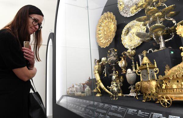 Справа на первом плане: часы Бахус (Аугсбург, конец XVI в.), представленные на выставке Петр. Первый. Коллекционер, исследователь, художник