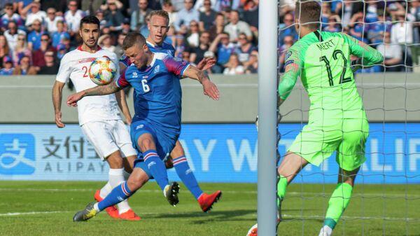 Защитник сборной Исландии Рагнар Сигурдссон (в центре)