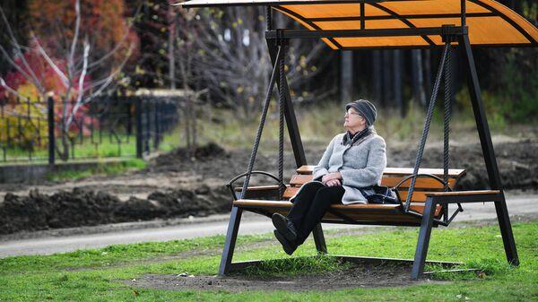 Пожилая женщина на качелях