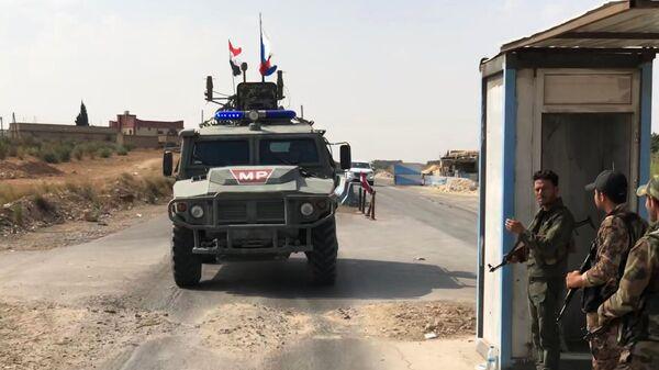 Бронеавтомобиль патрульной службы военной полиции РФ в районе Манбиджа на северо-востоке Сирии