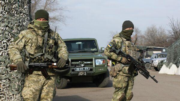 Украинские военнослужащие в районе поселка Золотое
