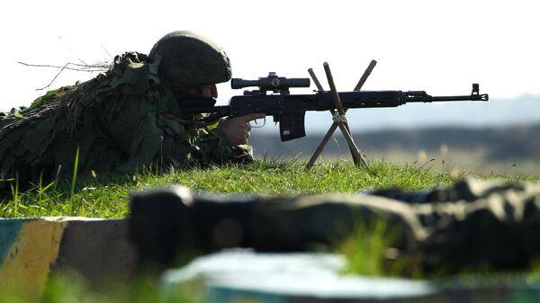 Военнослужащий стреляет из снайперской винтовки Драгунова