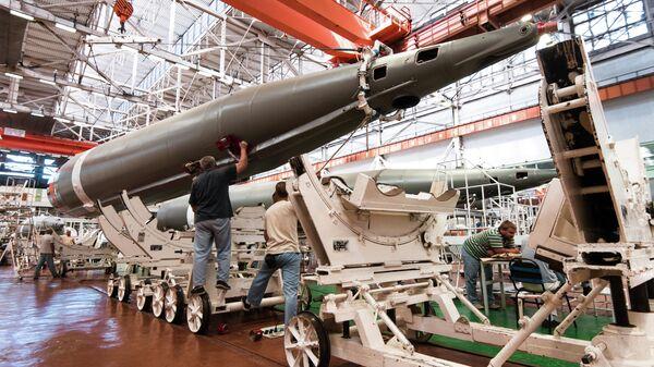 Финальная часть производства ракеты-носителя Союз-2. Перемещение бокового блока с участка сборки на участок испытаний