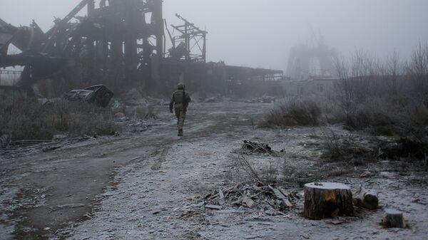 Военнослужащий ВСУ рядом с линией соприкосновения в ДНР