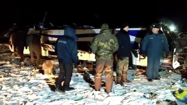 На месте падения пассажирского автобуса с моста в Забайкальском крае