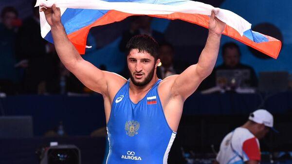 Абдулрашид Садулаев (Россия) радуется победе в финальном поединке соревнований по вольной борьбе среди мужчин в весовой категории до 97 кг на чемпионате мира в Казахстане.