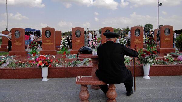 Феликс Тотиев на кладбище Город ангелов у могил шести своих внуков, погибших в результате теракта в бесланской школе №1 в 2004 году
