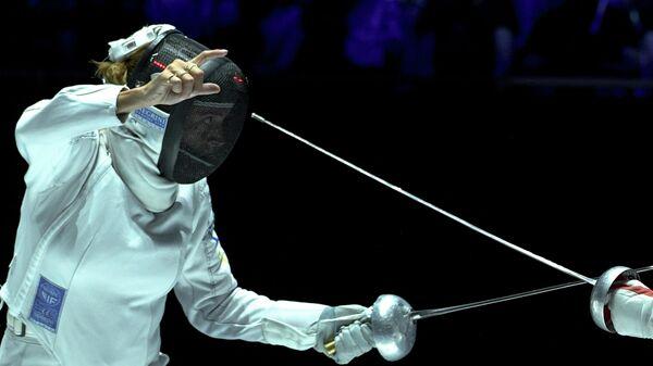Натали Моэльхаузен (Бразилия) в поединке против Шэн Линь (КНР) в финале индивидуальных соревнований на шпагах среди женщин на чемпионате мира по фехтованию