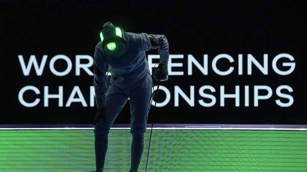 Шэн Линь (КНР) в перерыве поединка против Натали Моэльхаузен (Бразилия) в индивидуальных соревнованиях на шпагах среди женщин на чемпионате мира по фехтованию