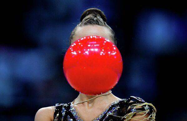 Дина Аверина (Россия) выполняет упражнение с мячом в финале соревнований по художественной гимнастике на II Европейских играх в Минске