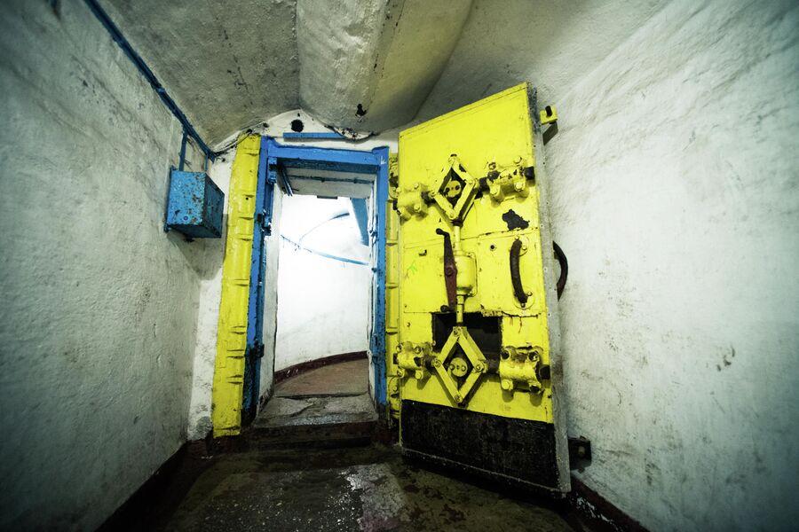 Усиленные двери в переходах противоатомного убежища