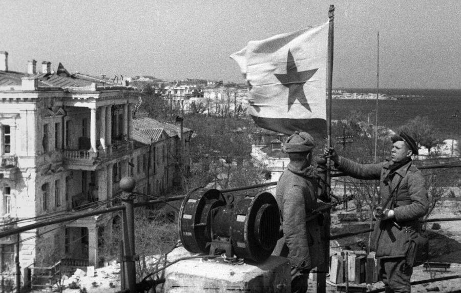 Великая отечественная война 1941-1945 годов. Военно-морской флаг над освобожденным Севастополем, 8 мая 1944 года.