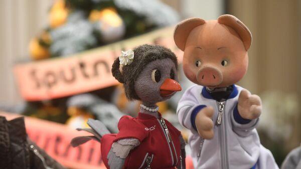 Персонажи передачи Спокойной ночи, малыши! поздравили  международное агентство и радио Sputnik с 5-летием и наступающим Новым годом