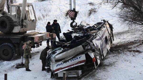 Эвакуация пассажирского автобуса, упавшего с моста в Забайкальском крае