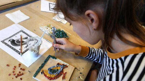 Девушка во время занятия в творческой мастерской