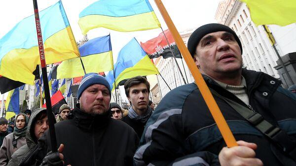 Активисты украинской националистической партии Правый сектор (запрещено в РФ) возле офиса президента Украины в Киеве, перед ключевым саммитом 9 декабря в Париже. 1 декабря 2019 года