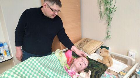 Сергей Савельев в палате у своей сестры Ирины Пекарской, пострадавшей в пожаре в клубе Хромая лошадь
