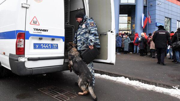 Сотрудник полиции со служебной собакой